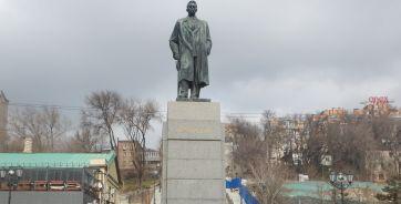 На месте, где сейчас стоит памятник Горькому, когда-то был городской порт. В этом порту в 1891 году работал грузчиком тогда еще никому не известный Алеша Пешков.