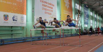 На фото забег на 60 метров с барьерами