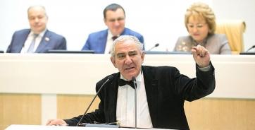 Михаил Казиник во время своего выступления на заседании Совета Федерации. Его рассказ был посвящен месту культуры в жизни людей, воспитанию талантливой молодежи и бережному сохранению ее духовных начал.
