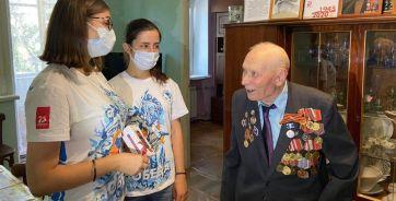 Момент поздравления ветерана