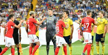 Команды приветствуют друг друга перед матчем