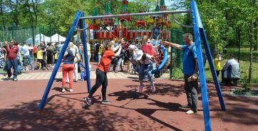 В инклюзивном парке просторные площадки с игровыми и спортивными зонами, которые подходят для всех желающих, в том числе детей и подростков с ограниченными возможностями