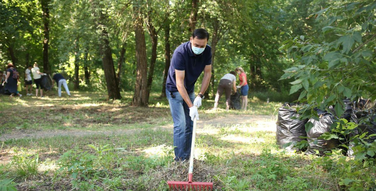 8 августа субботник прошел в роще вдоль проспекта Шолохова.