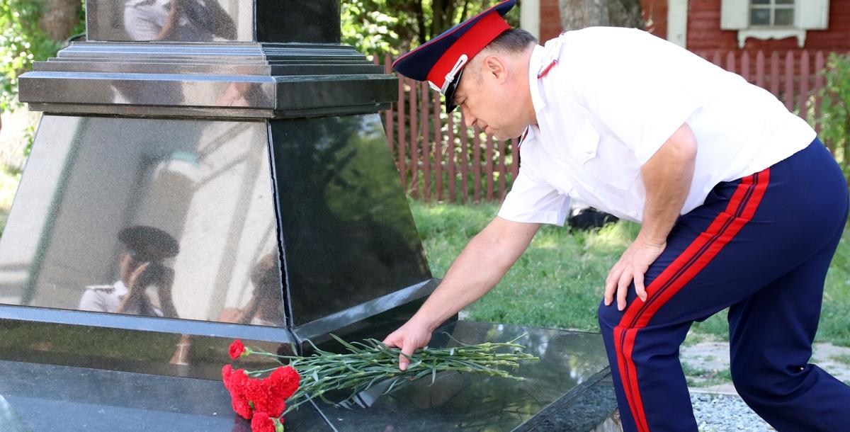 Атаман Всевеликого войска донского Виктор Гончаров почтил память атамана Платова перед началом соревнований.