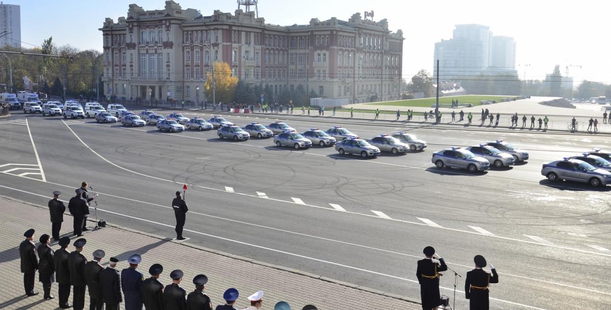 В параде техники участвовали мотоциклы, патрульные автомобили, бронированные машины, КамАЗы и даже катера.