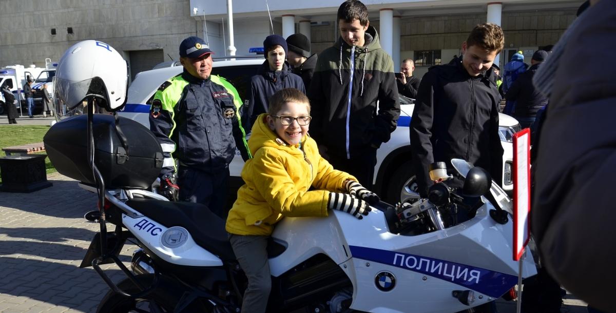 После парада каждый желающий смог посмотреть полицейскую технику и сфотографироваться на ее фоне.