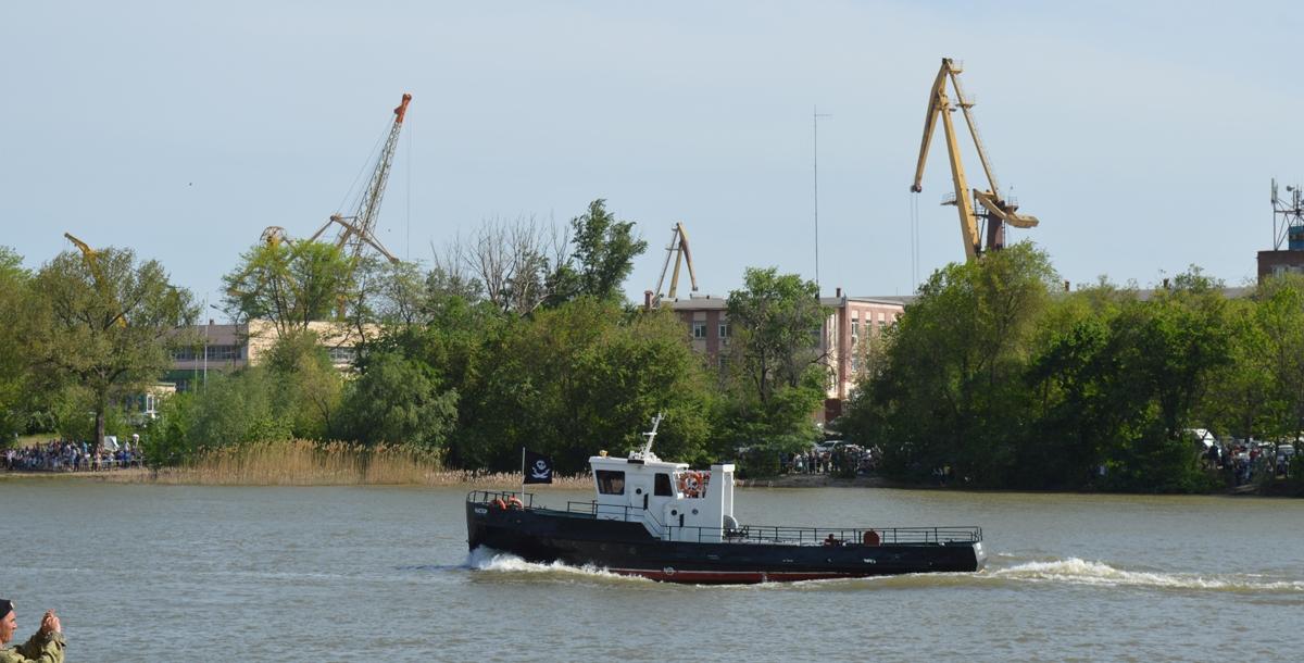 Появилось на воде и гражданское судно с пиратским флагом