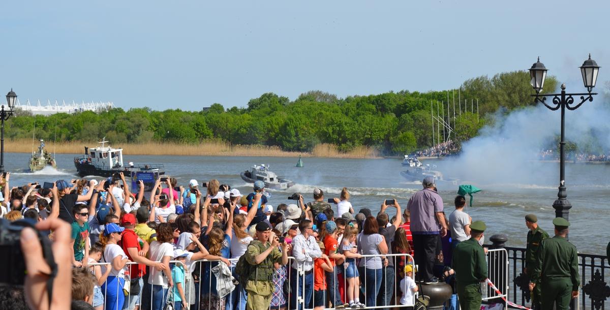 Экипажи патрульного катера, групп морского спецназа на быстроходных лодках «БЛ-680» и катера МЧС оперативно задержали пиратов