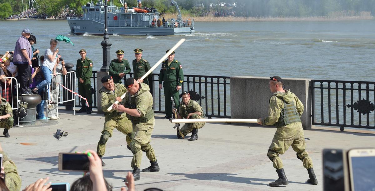 В это же время на огороженном участке набережной начались показательные выступления морских пехотинцев. Раздавались выстрелы, летели гильзы, морпехи роняли друг друга на хрупкую плитку и разбивали о спины деревянные реи