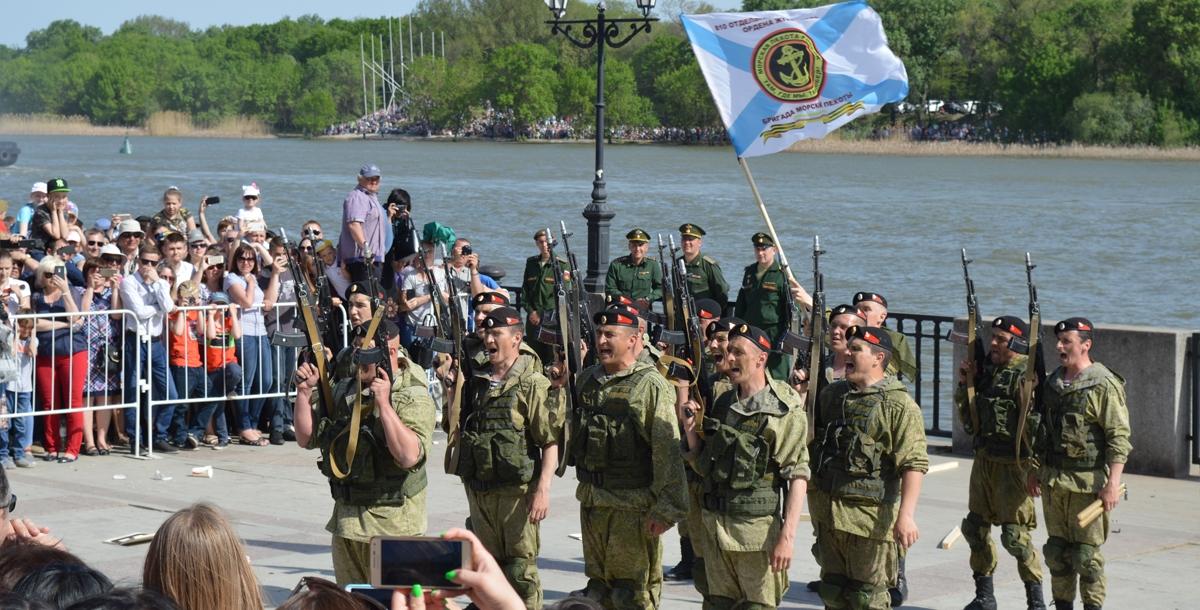Зрители радостно аплодировали и свистели морским пехотинцам. А после их выступления дети высыпали на площадку собирать гильзы.