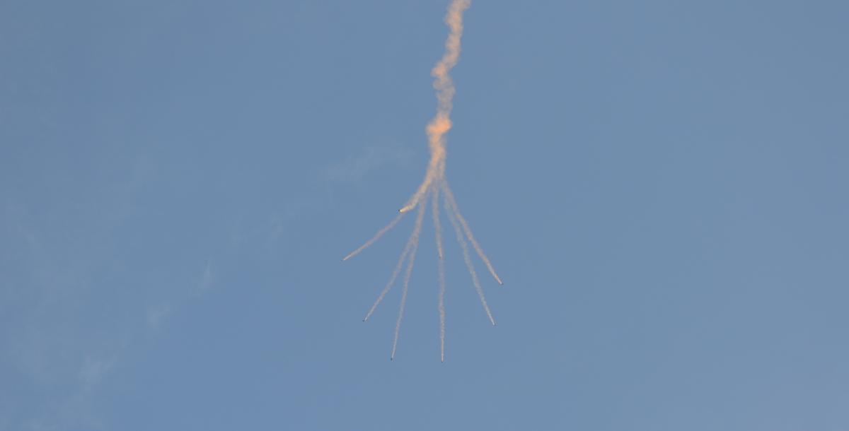 Затем собравшие на набережной наблюдали десантирование парашютистов. Одна из парашютных групп летела с дымовыми шашками.