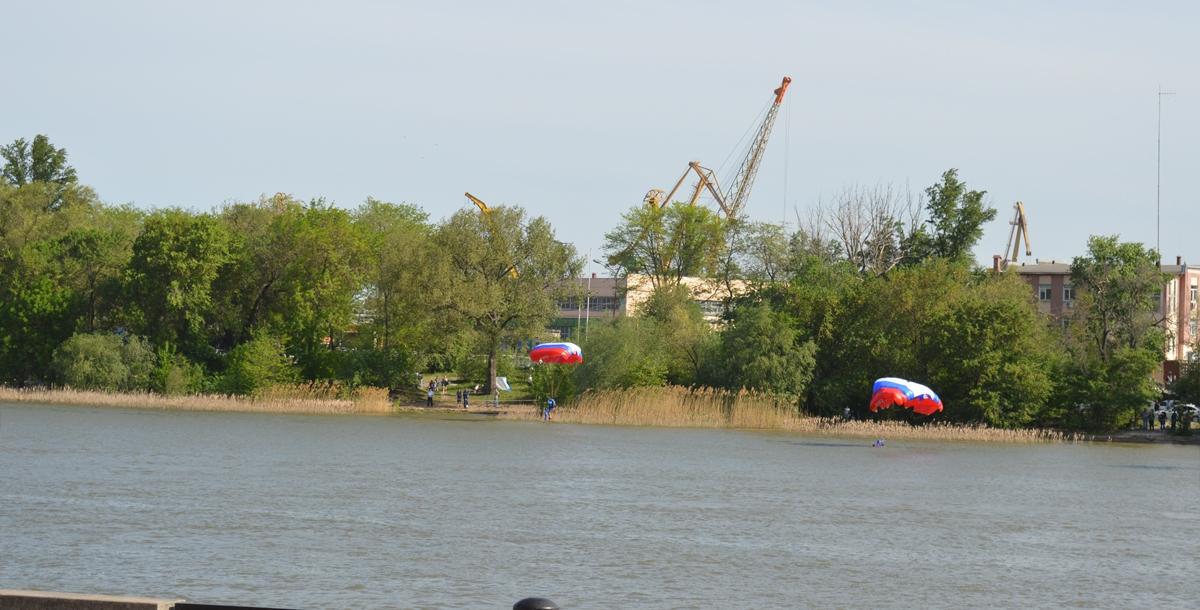 Некоторые приводнялись в реку