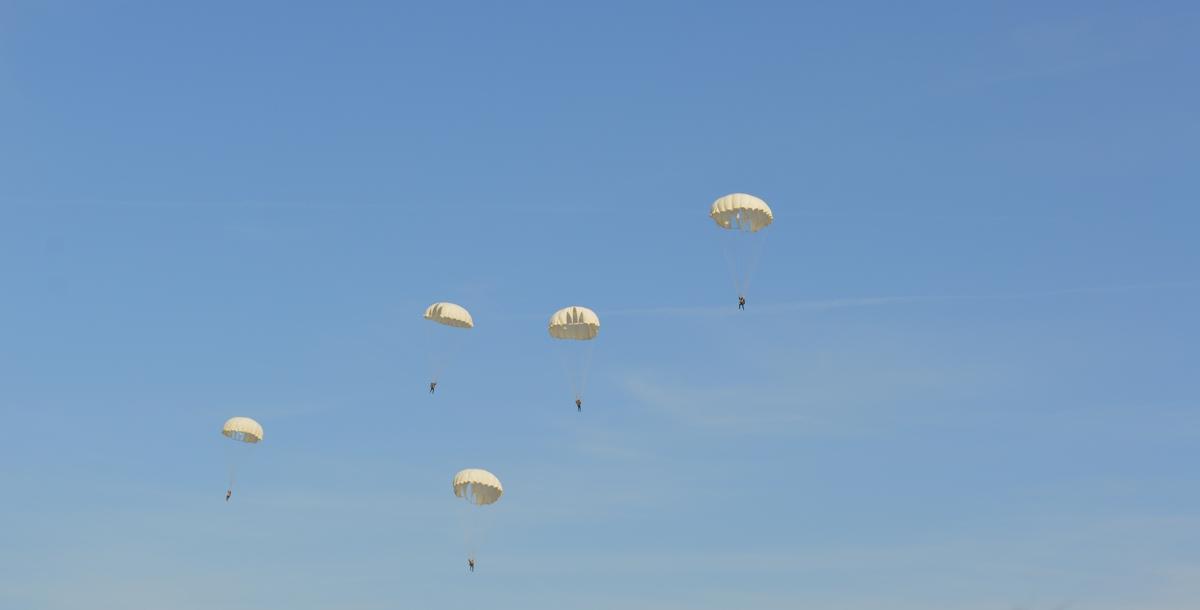 Спуск парашютистов завершил программу на набережной. Когда последние парашюты приближались к земле, зрители стали постепенно уходить с набережной.