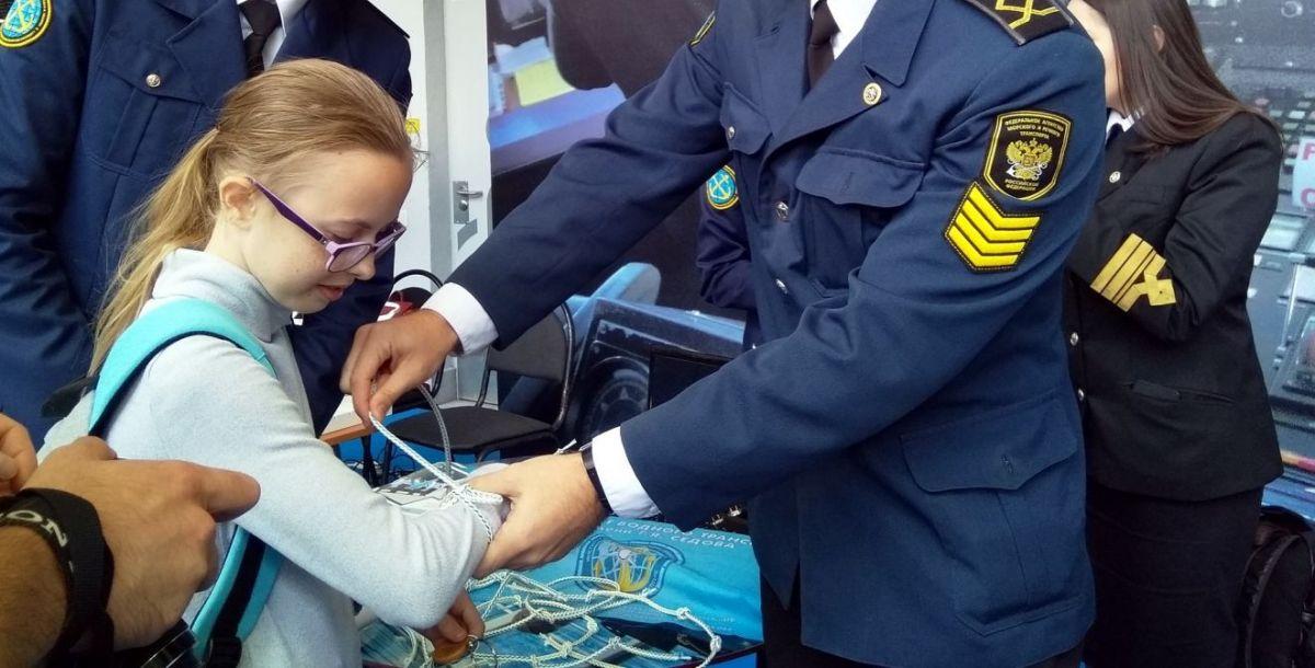Представители Института водного транспорта имени Седова провели мастер-класс по вязанию морских узлов. А заодно показали, как из них выбраться.
