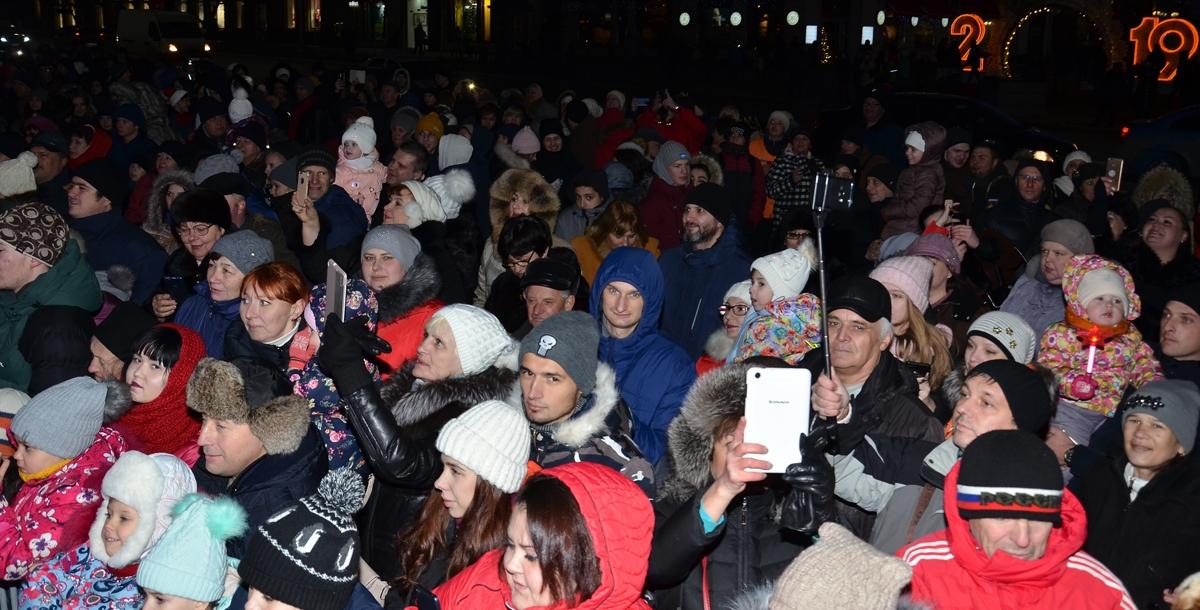 Среди зрителей на площади были в основном школьники, маленькие дети и пожилые люди.