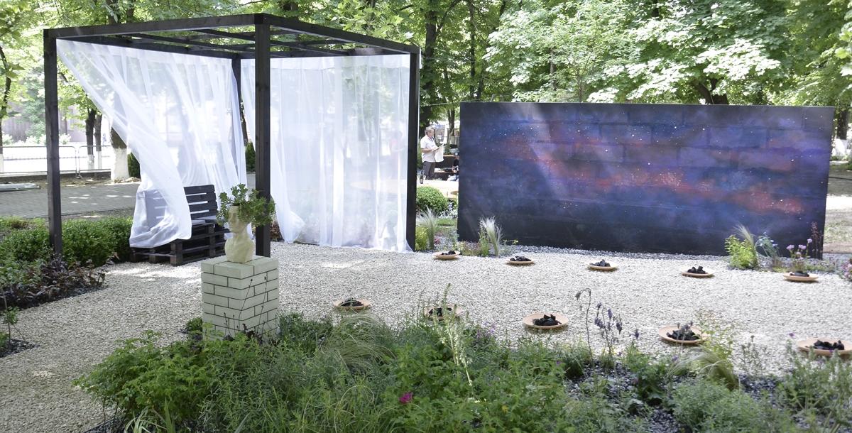 Этот сад называется «Кассиопея». Он сделан с отсылкой к древнегреческому театру, в котором шли постановки, посвященные богам.