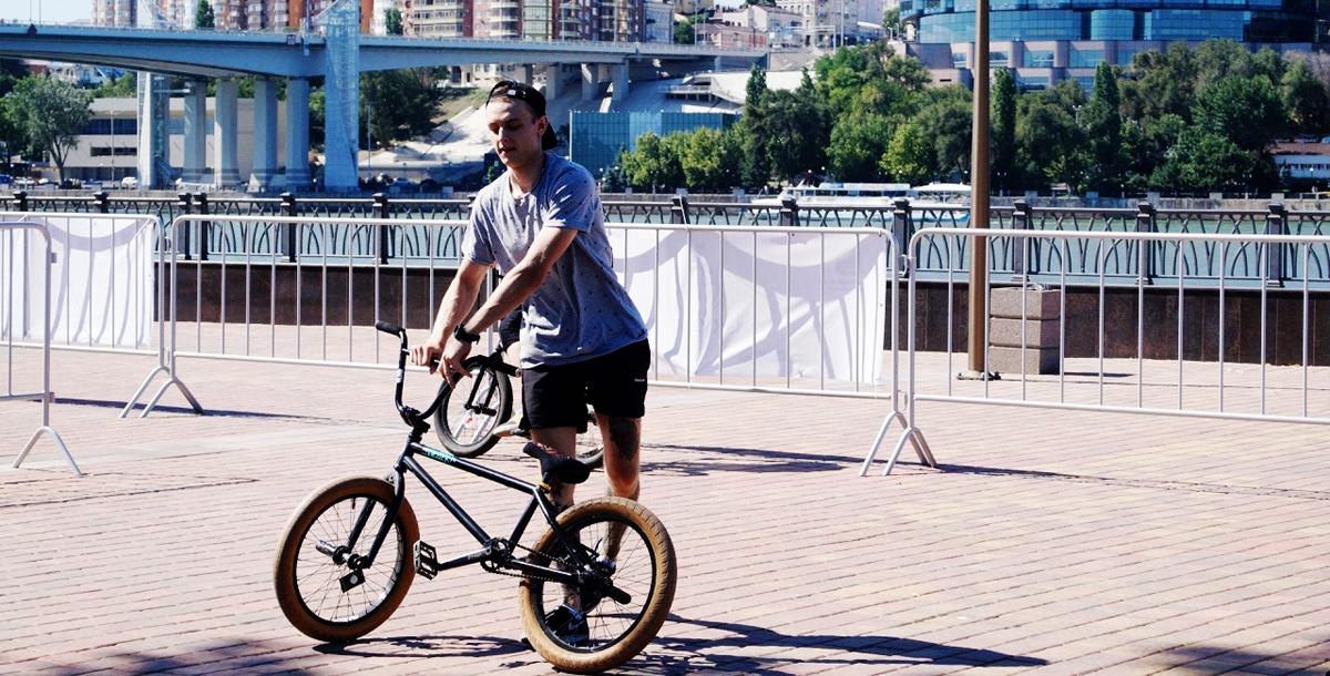 Бемер (так называют тех,кто занимается BMX-фристайлом) готовится к выполнению трюка.