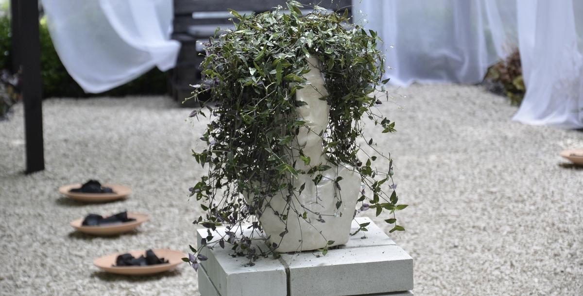 На входах расположены интересные цветочные горшки, которые сделаны в виде бюстов Персея и Медузы Горгоны.