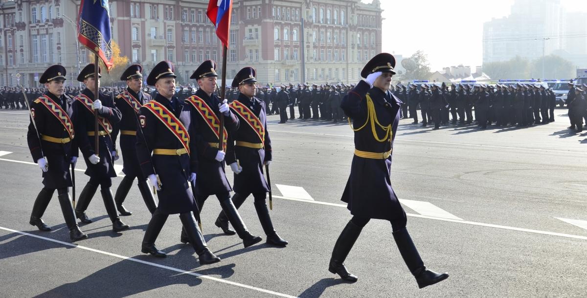 После показательных выступлений начался торжественный марш. По площади прошли более 1 тыс. полицейских из разных подразделений полиции, а также ветераны органов внутренних дел.