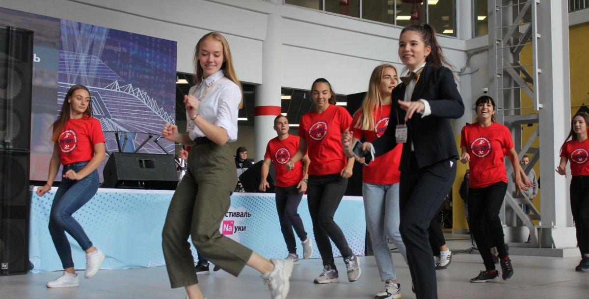 На главной сцене участники ставят танцевальные флешмобы.