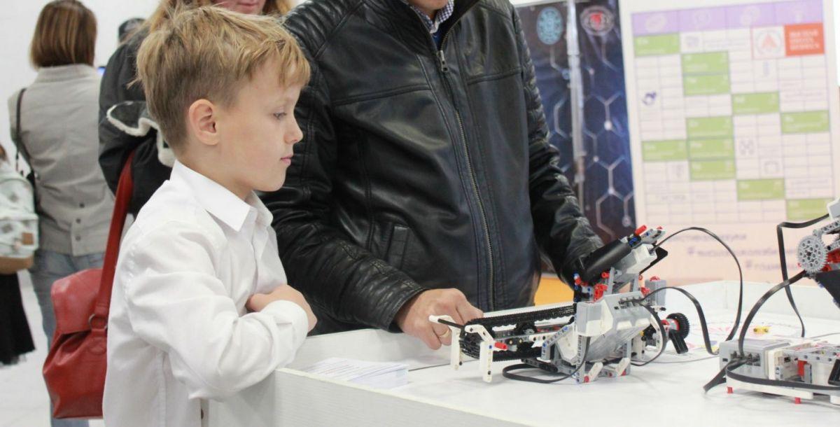 Студенты Академии психологии и педагогики Юфу рассказали и показали юным посетителям фестиваля, как устроен робот.