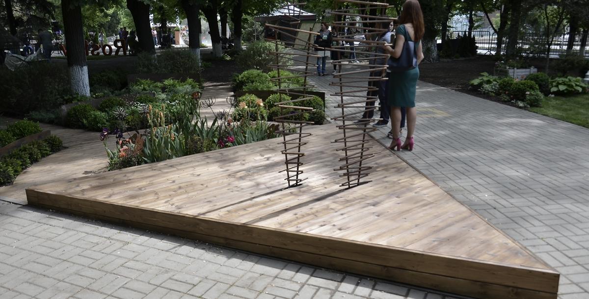 «Театр в саду». Этот треугольник из деревянных досок – сцена, на ней актеры. Островок цветов перед сценой – это оркестр, а дальше – зрители.