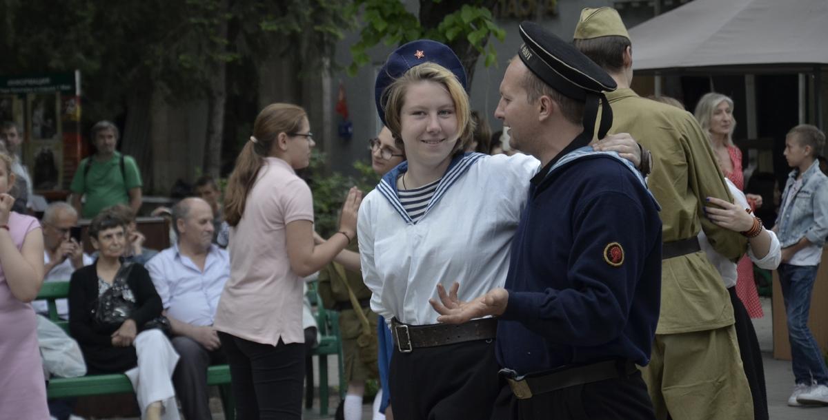 Ровно в 18 часов из динамиков зазвучал приказ Верховного главнокомандующего о капитуляции Германии в исполнении «голоса советской истории» Юрия Левитана.