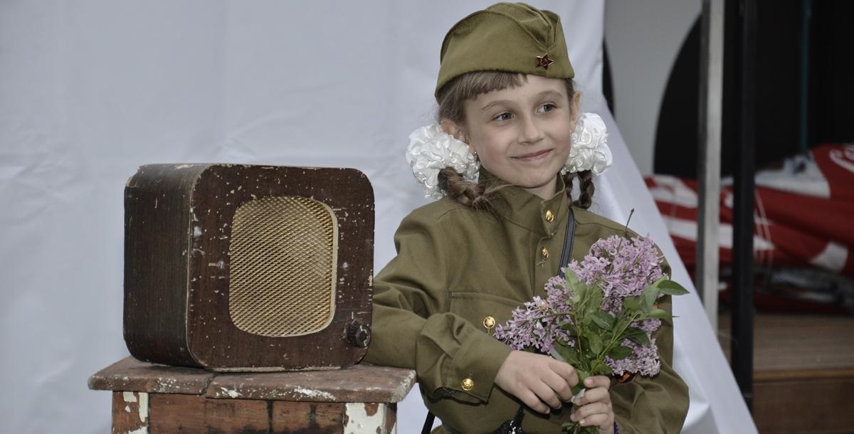 Всем пришедшим на праздник девушки дарили букеты сирени. Она, по словам организаторов, символизирует не только май, но и новую жизнь. Все желающие могли сфотографироваться у стендов с изображением звёзд советского кино и почувствовать себя героем фильмов или сидя рядом с советским радиоприёмником.