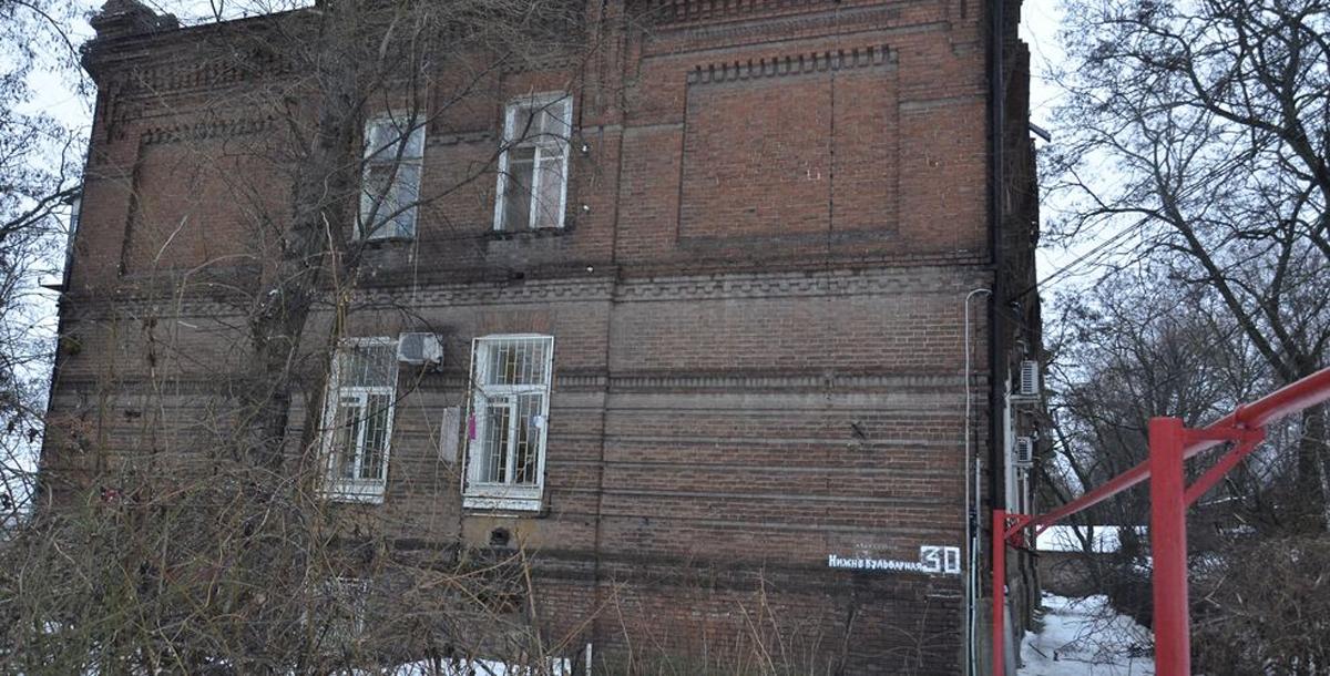 Рядом с мельницей Парамоновы построили целый микрорайон для рабочих мельницы со складами, конторами, библиотекой, школой, больницей, столовыми, банями и жилыми домами. А вот этот дом — № 30 — на пересечении улиц 7-го Февраля и Нижнебульварной был построен в 1879 году, когда мельница ещё принадлежала купцу Посохову. Тогда здесь жили служащие мельницы. И сегодня этот дом не пустует, в нём живут ростовчане.