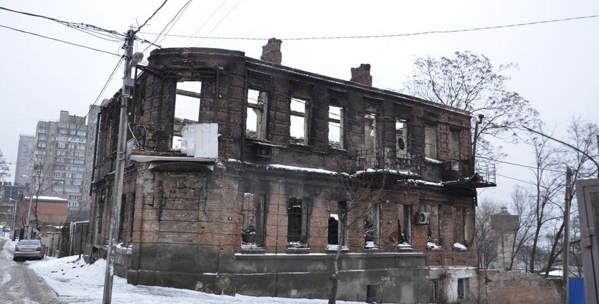 Некоторые дома на улице 7-го Февраля сильно пострадали во время крупного пожара, случившегося в Ростове 21 августа прошлого года.