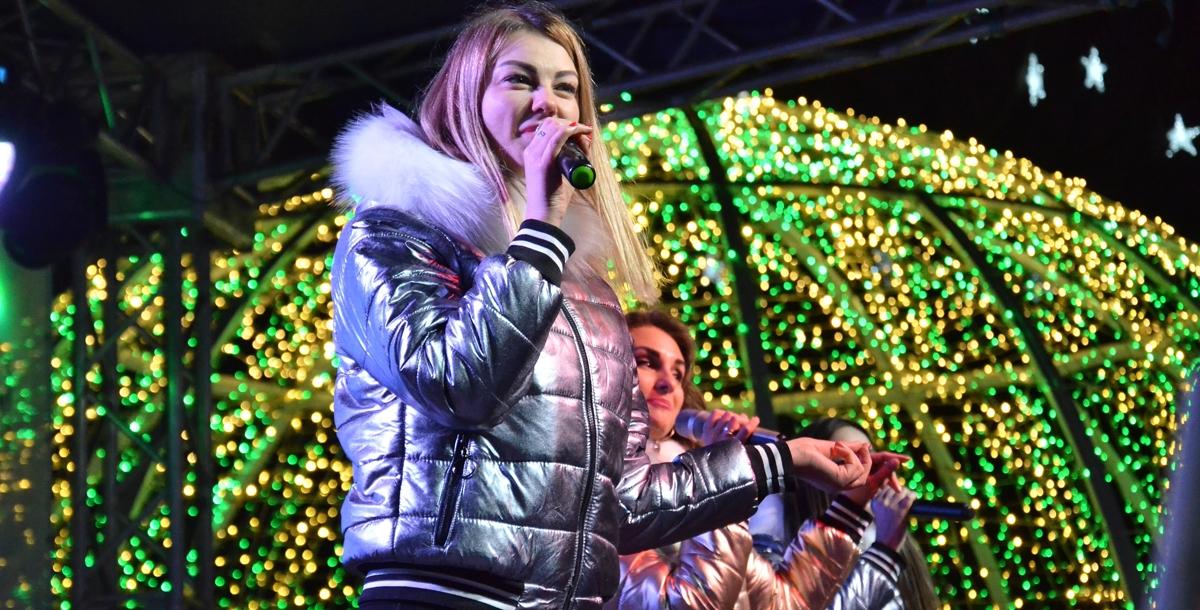 После зажжения гирлянд на главной елке, вокальная группа исполнила новогодние и рождественские песни.