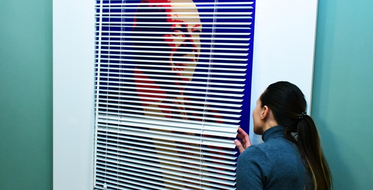 «И это пройдет» Не обошел вниманием Шнуров и телеведущего Владимира Познера, который однажды пригласил музыканта в свою программу, а потом рассказывал, как Шнур провалил интервью. Его портрет брендреалист разместил за жалюзи и назвал работу «И это пройдет». А я закрыла жалюзи, и получилась инсталляция «И это прошло».