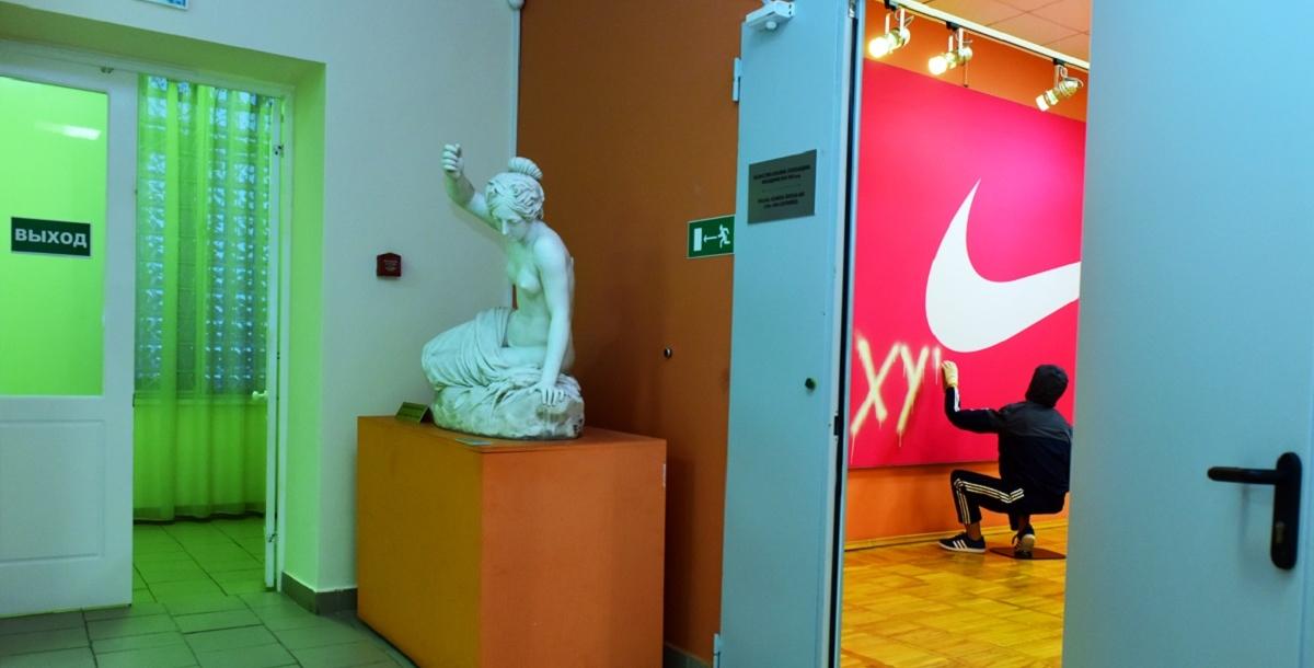 Выставка «Ретроспектива брендреализма» впервые прошла в традиционном музее. До этого экспонаты Сергея Шнурова выставлялись только в музеях современного искусства.
