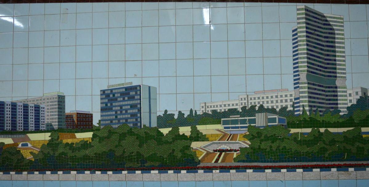 """Невысокое здание необычной формы в правом нижнем углу - это ресторан """"Балканы"""", который некогда был культовым местом в Ростове, а сейчас находится в заброшенном виде."""