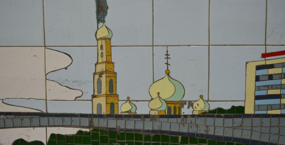 А вот колокольни кафедрального собора в годы, кода создавалась мозаика, не было. Ее разрушили во время Великой Отечественной войны, а восстановили в 1999 году.