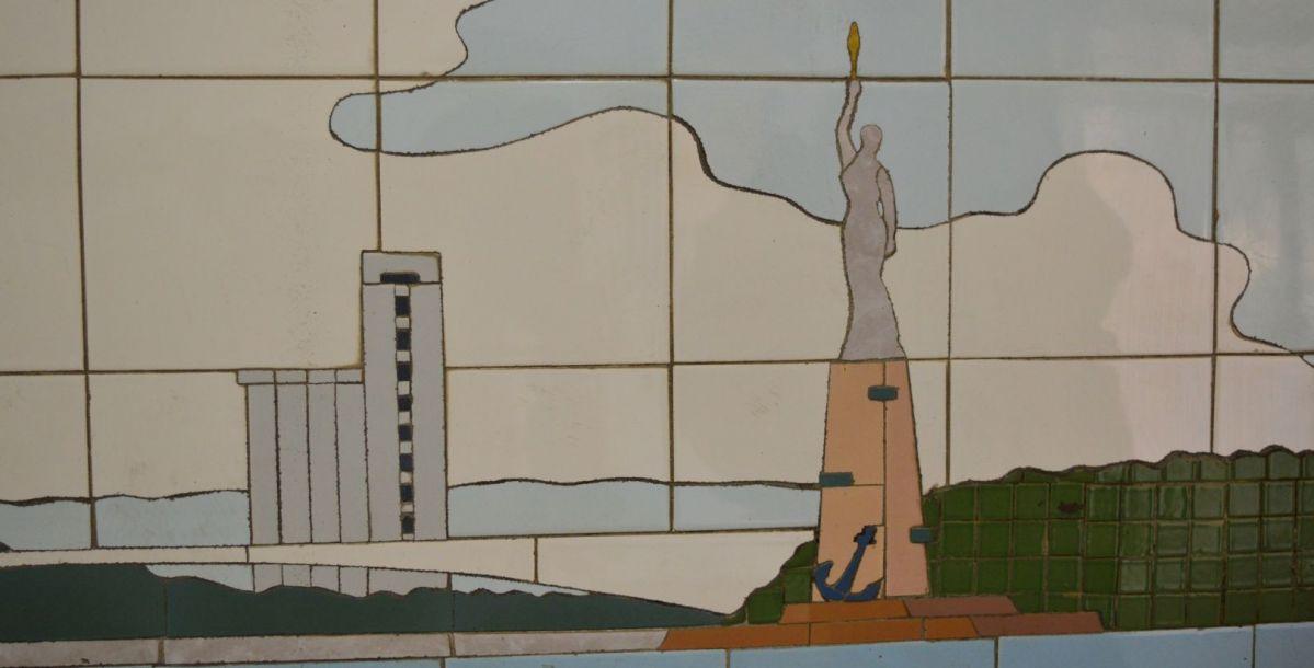 А это мост на Зеленый остров. Можно узнать здание элеватора, которое стоит и сейчас. А этот памятник, который похож на американскую статую свободы, так и не появился. Есть предположение, что это постамент невернувшимся морякам.