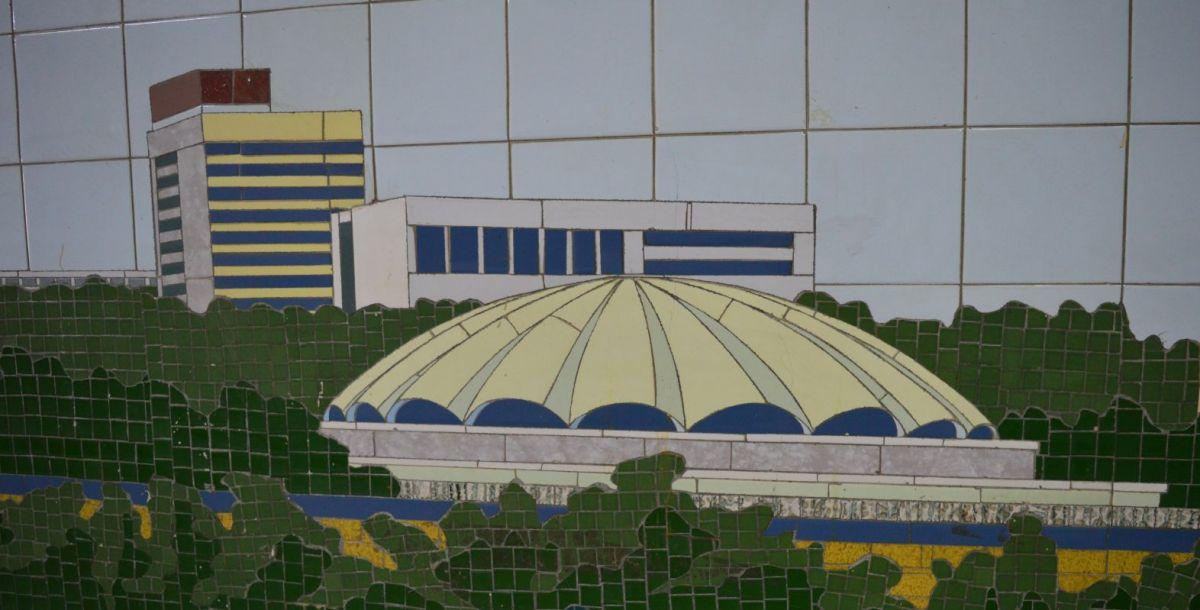 """Это купольное здание напоминает спортивную арену. Планировалось, что на левом и правом берегу будет построено много спортивных объектов. А та высотка на заднем плане напоминает гостиницу """"Интурист"""", которая сейчас называется Don Plaza."""