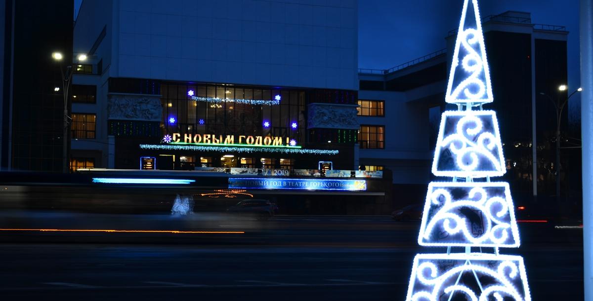 Эта елочка под стать памятнику конструктивизма - театру имени Горького, напротив которого она установлена.