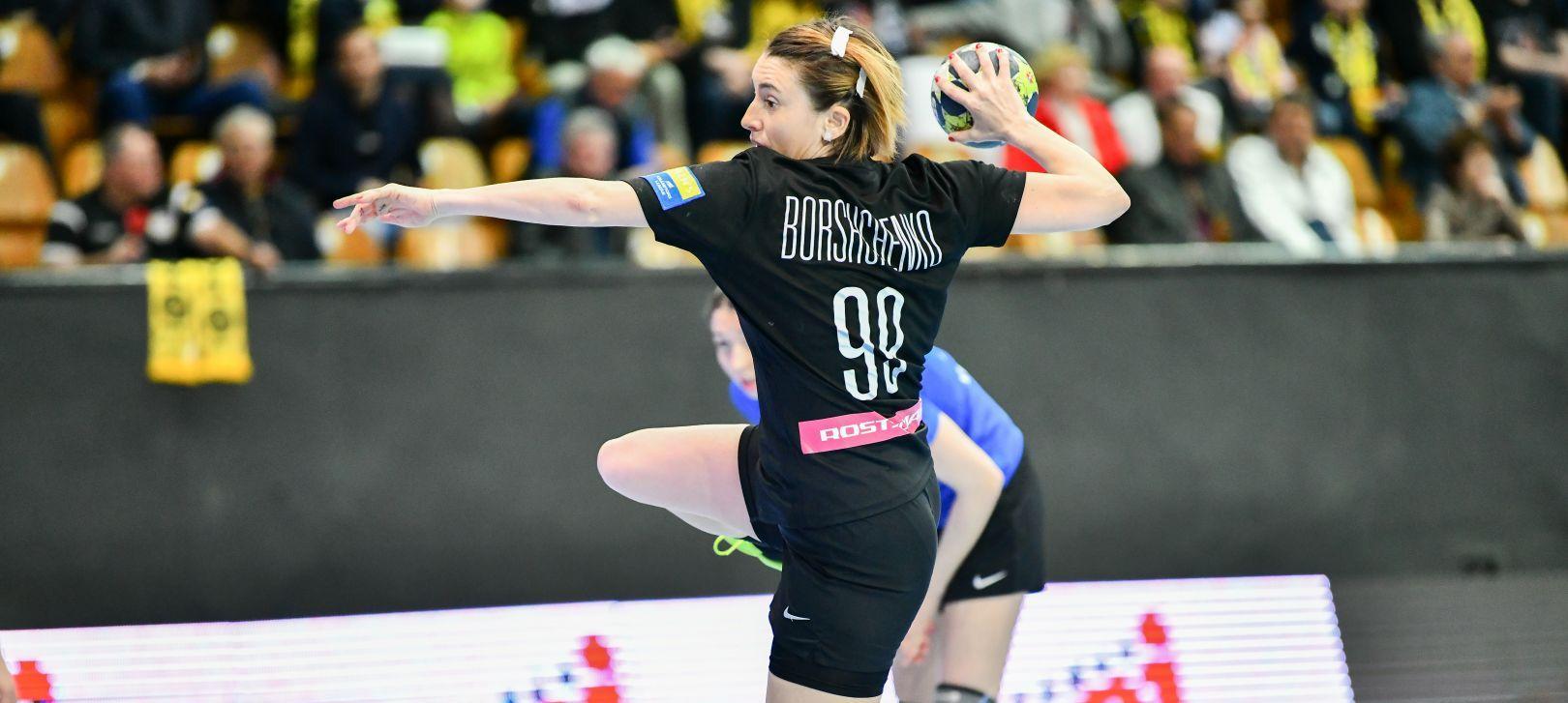 Виктория Борщенко бросает семиметровый