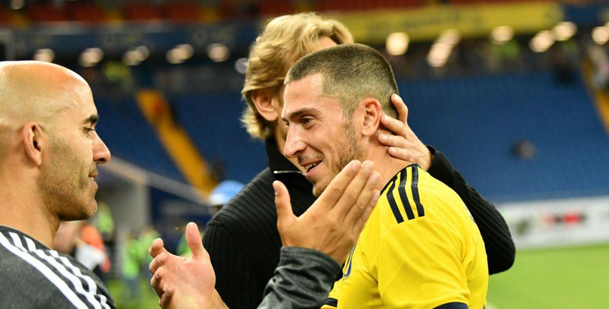 Валерий Карпин благодарит Алексея Ионова за игру. На его счету гол и голевая передача