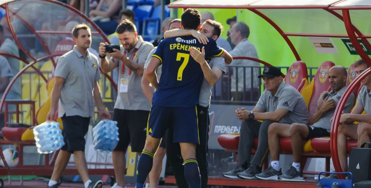 Роман Еременко поспешил разделить радость от забитого гола с тренерским штабом