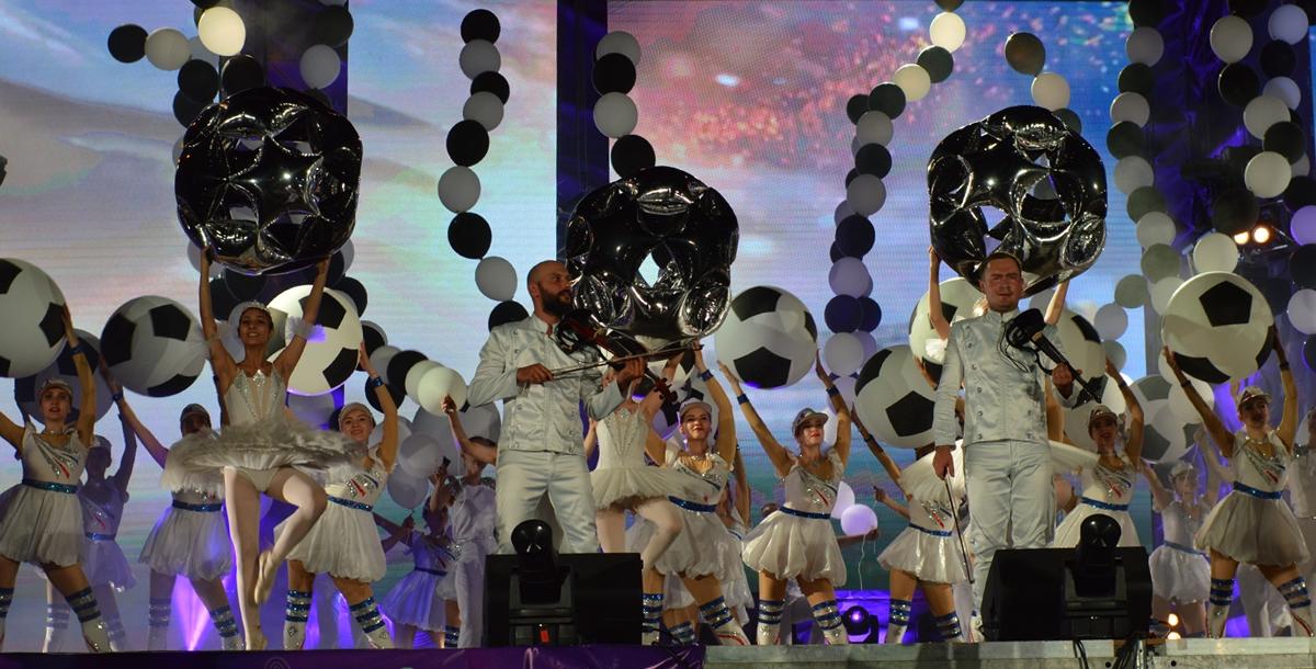 Без футбольных мячей в чемпионатном Ростове сейчас никуда. Были они и здесь на сцене.