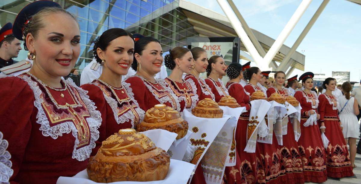 Швейцарцы прибыли немного позже и спешили в город. Их встретили у самого входа в аэропорт.