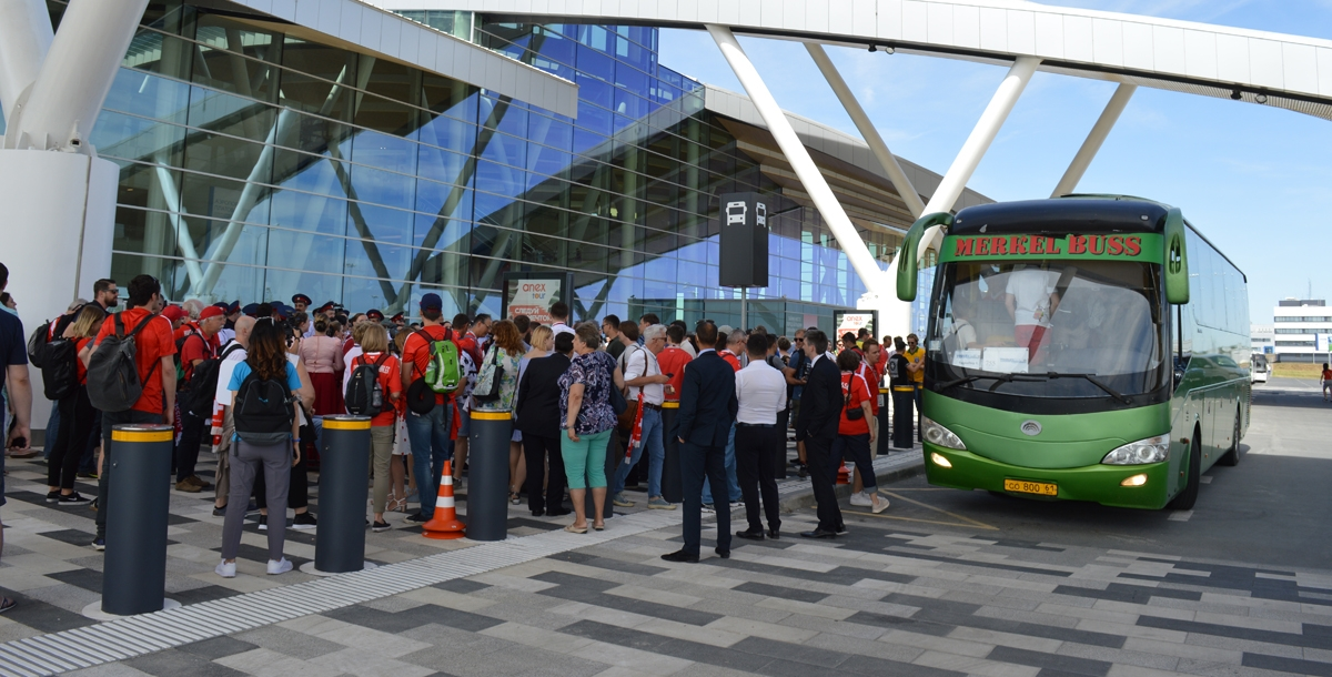 Болельщики из Швейцарии долго не усаживались в автобусы, потому что пели и танцевали с казаками.