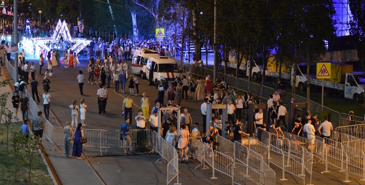 Территория на набережной, где гуляли выпускники, была огорожена. Войти можно было только по специальным браслетам через два входа: со стороны Буденновского и со стороны Газетного.