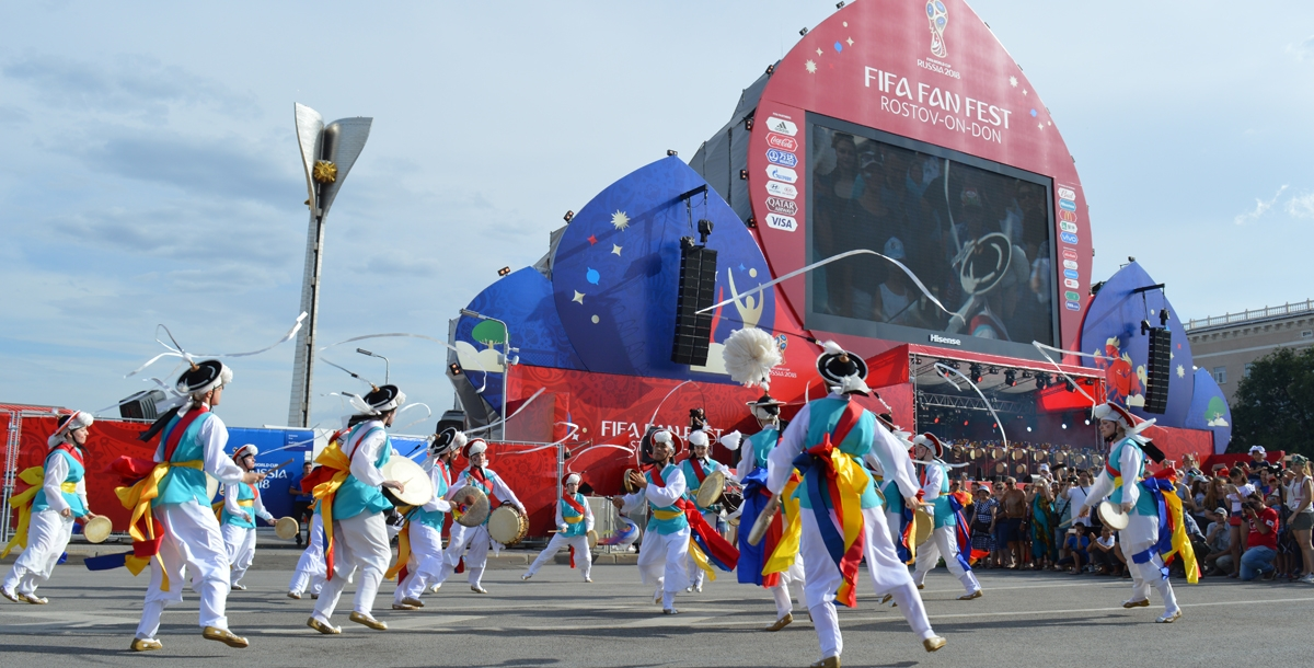 Шоу началось на площади у сцены с представления самульнори. Это традиционная корейская игра на ударных инструментах.