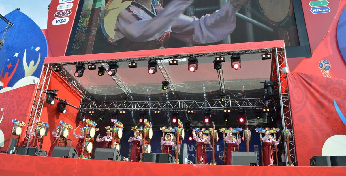 Затем девушки на сцене исполнили танец с большими барабанами Самгому и Огому.