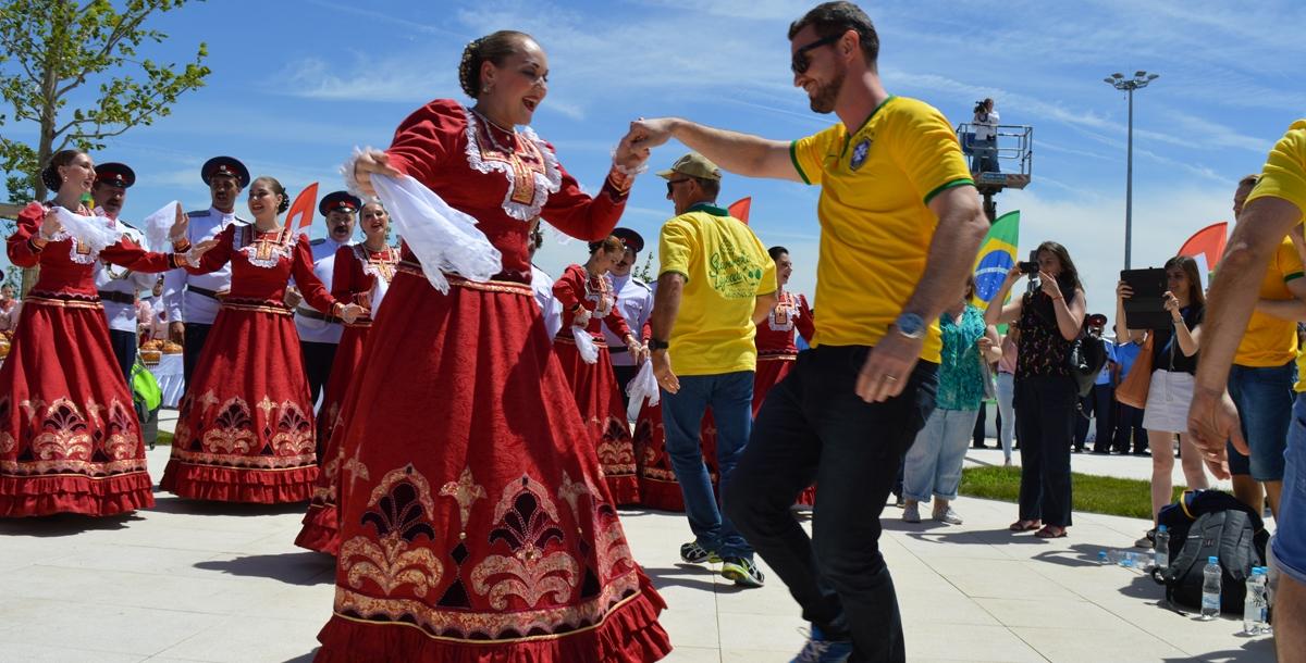Как только иностранцы пришли на территорию Центра гостеприимства, ансамбли донских казаков начали петь песни, танцевать и приглашать гостей присоединиться. Активные и жизнерадостные бразильцы, прибывшие немного раньше швейцарцев, с радостью согласились.