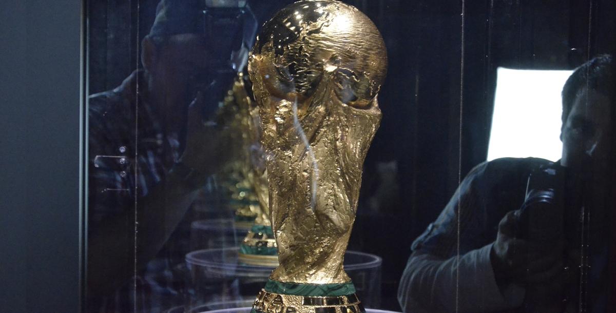 Кубок стоит в самом центре шатра в специальном боксе, от которого отходят три перегородки. Они установлены для того, чтобы фотографироваться с кубком могли одновременно несколько человек