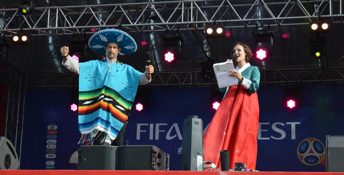 Ведущие были одеты в тему сегодняшнего дня: традиционные мексиканский и корейский костюмы.
